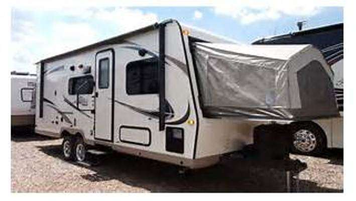 Travel Trailer-Expandable 1 slide out Shamrock 233S