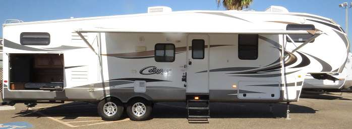 5th Wheel - 3 Slide Outs w/ Bunks Cougar 330RBK